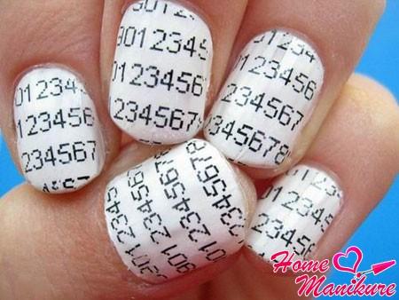 газетный дизайн ногтей в школу с цифрами