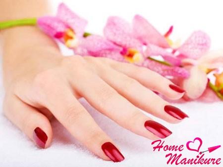 гель лак на ногтях насыщенного красного цвета