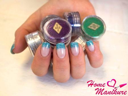голубой глиттерный френч на ногтях