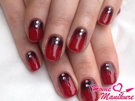 градиентный шилак маникюр в темно-красных тонах