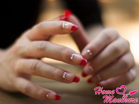 изящный красный френч на ногтях со стразами