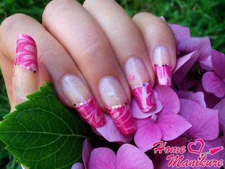 изысканный дизайн ногтей в пурпурных тонах