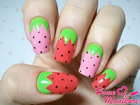клубничка на ногтях
