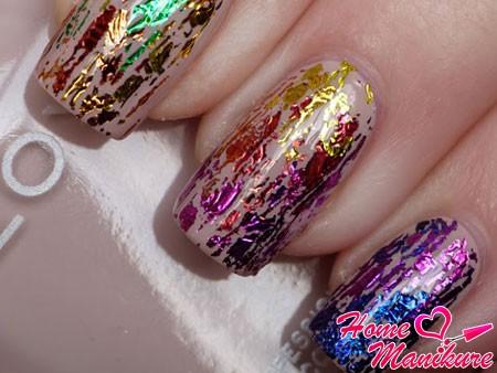 композиция на ногтях из обрывков фольги
