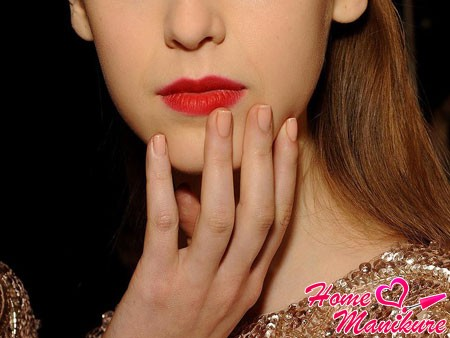 короткие ногти бежевого цвета в школу