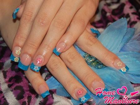красивый голубой французский маникюр с цветами