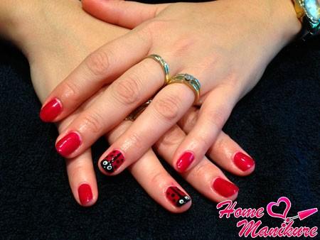 красные ногти с божьей коровкой