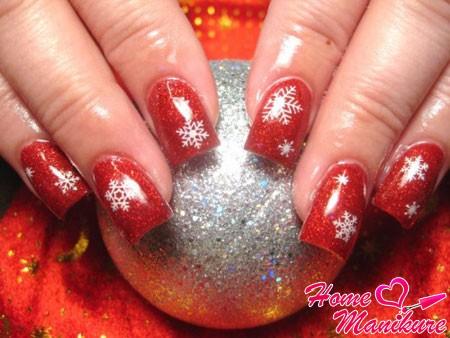 красный новогодний нейл-арт со снежинками