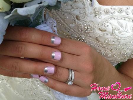 лунный маникюр на коротких ногтях невесты