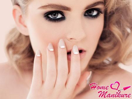 лунный пастельный маникюр на овальных ногтях