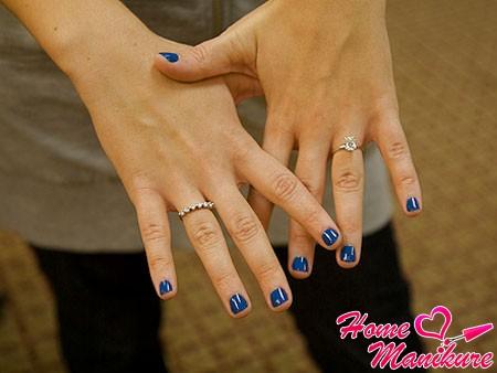 маленькие ногти с глянцевым синим покрытием