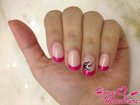 малиновый дизайн ногтей с аккуратным рисунком
