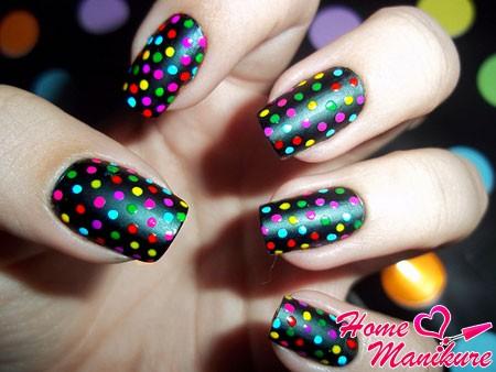 маникюр с разноцветными яркими точками