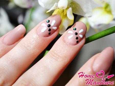 матовые ногти со стрекозой