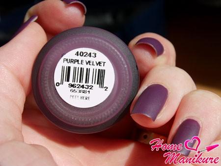 матовый лак на ногтях в оттенке пурпурный вельвет