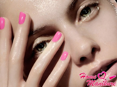 модные розовые ногти небольшой длины