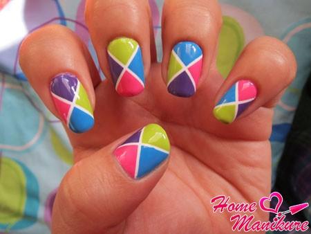 модный дизайн ногтей в ярких цветах