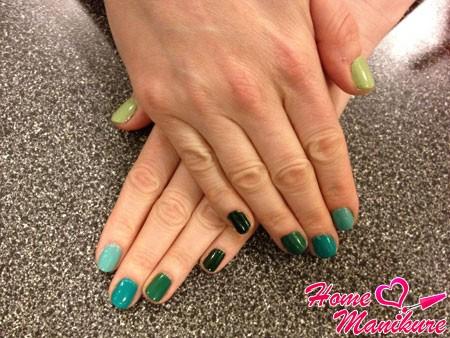 модный омбре маникюр в зелено-бирюзовых тонах