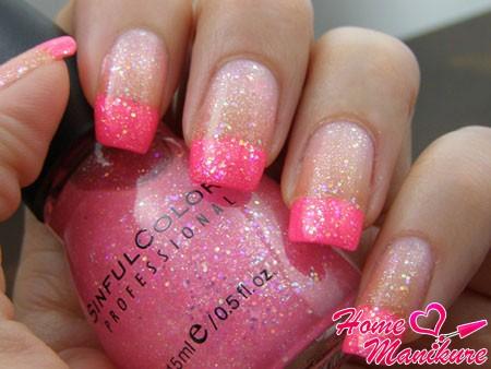 модный розовый нейл-арт с глиттером