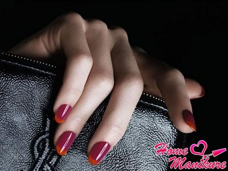 модный вишневый маникюр с оранжевыми кончиками