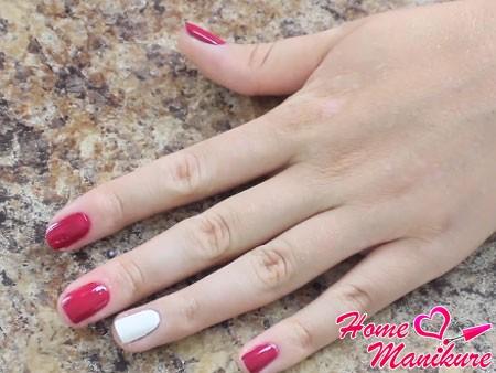 нанесение цветного покрытия на ногти
