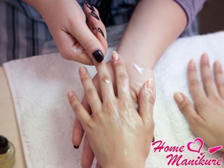 нанесение крема и массаж рук