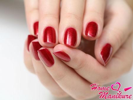 насыщенный красный цвет коротких ногтей