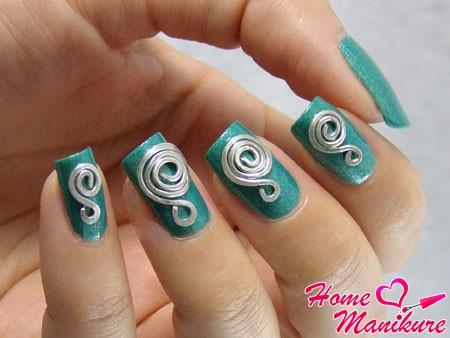 необычная лепка на ногтях в форме спирали