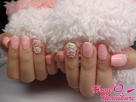 нежно-розовый маникюр невесты с кружевом и лепкой