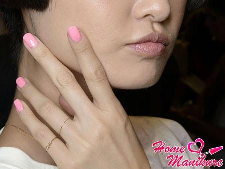 нежно-розовый монотонный маникюр