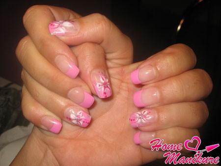 нежно-розовый нейл-арт с красивыми цветами