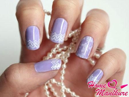 нежное кружево на бледно-фиолетовых ногтях