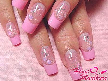 нежно-розовый французский маникюр с блестками