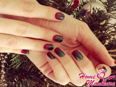 новогодний дизайн ногтей омбре в красно-зеленых тонах