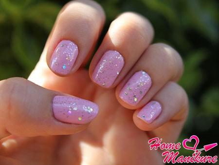 пастельный розовый цвет ногтей с блестками