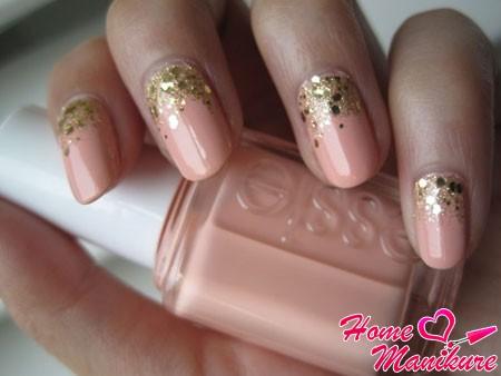 персиковый дизайн ногтей с золотыми блестками