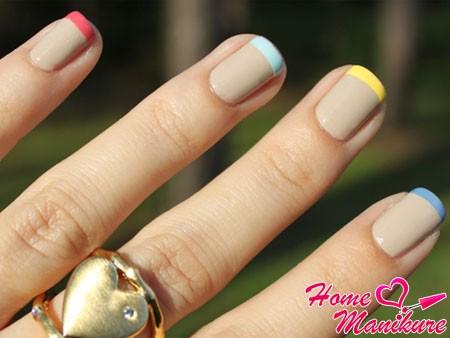 разноцветные улыбки на ногтях френч