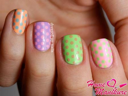 разноцветный горох на коротких ногтях