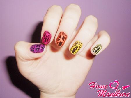 разноцветный кракелюрный дизайн на каждом пальце