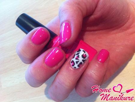 розовый дизайн ногтей шеллак с леопардовым принтом