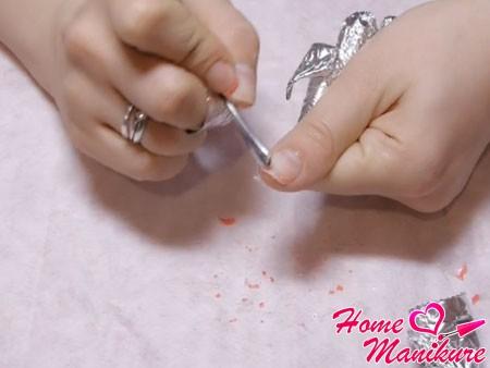 счищаем отошедший шеллак с ногтей