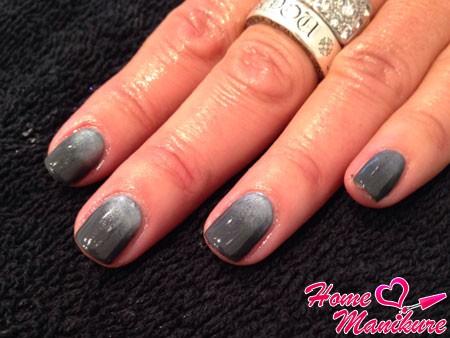 серый переход на ногтях
