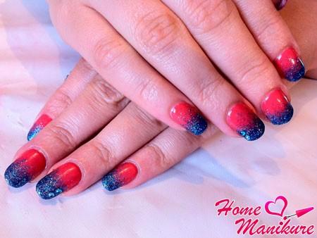 синие блестки на красных ногтях