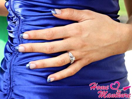 синий френч на ногтях в тон к платью
