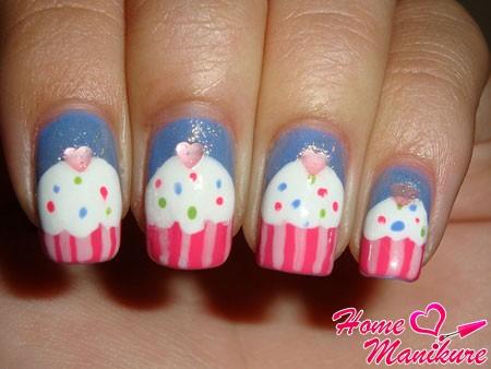 сладкий дизайн ногтей с кексами