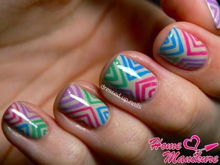 стильная абстракция на коротких ногтях