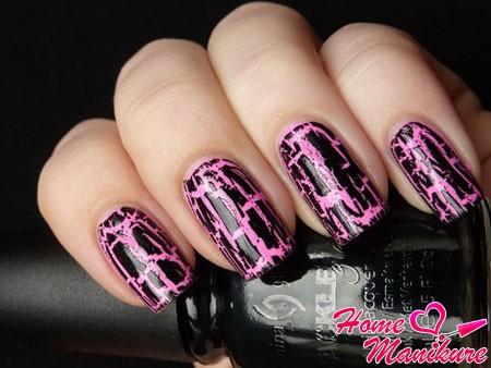 стильный черно-розовый дизайн ногтей с кракелюром