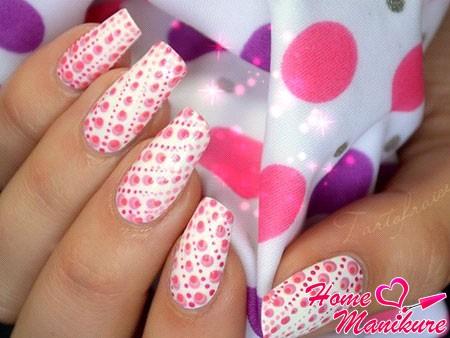стильный дизайн ногтей с точечным узором