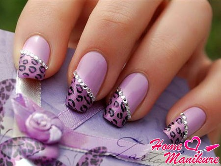 стильный фиолетовый нейл-арт с животным принтом