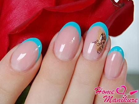 стильный голубой френч на коротких ногтях